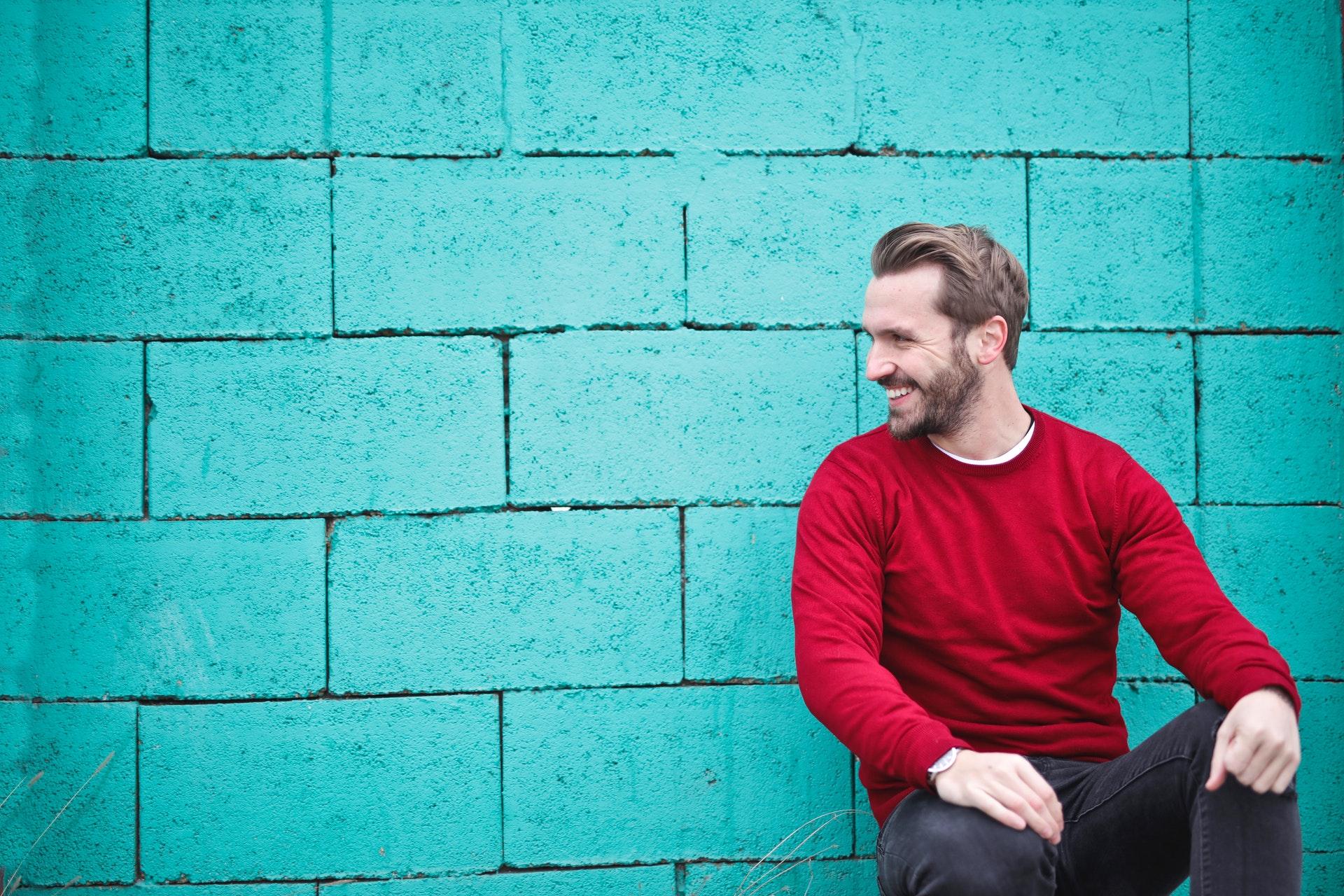 uomo sorride orgoglio articolo blog veronica rossi